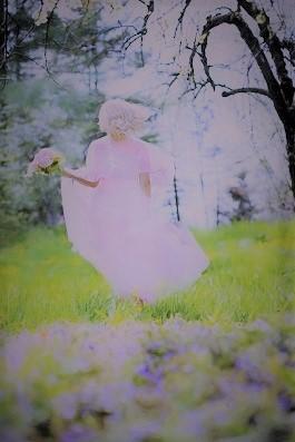 ふわふわピンクドレスの女の人b.jpg
