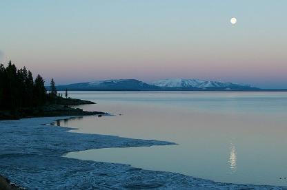 月と湖 眺望.jpg